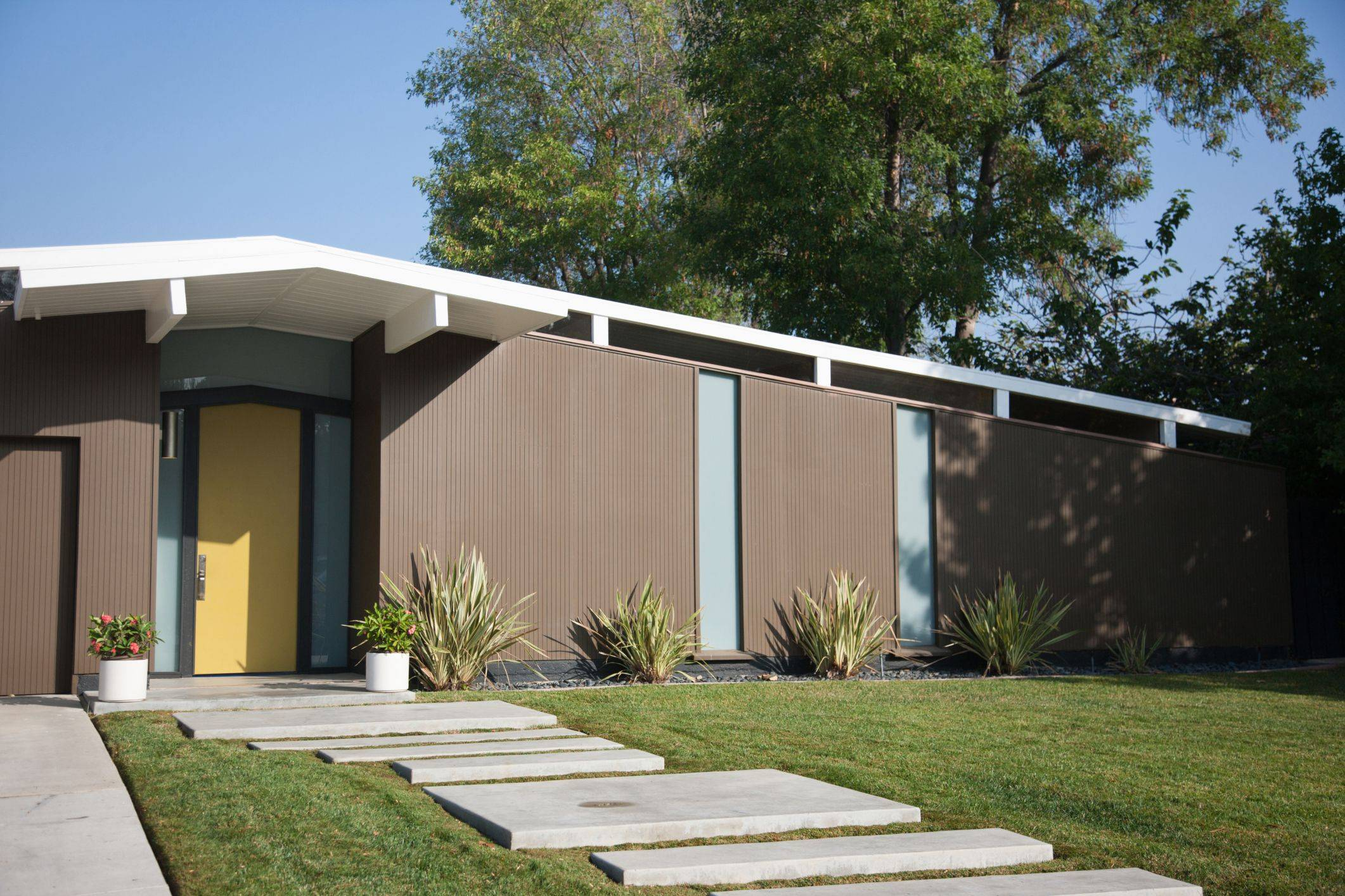 Mid Century Modern House with Concrete Walkway 56a4a1333df78cf f4